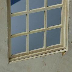 Облицовка отделка покрывает грубой фанеры кромки, которые остаются видимыми после того, как куклы дом окна выходят на.