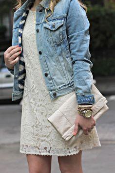 Vestido de encaje con chaqueta de jean.