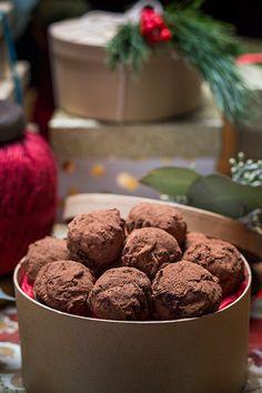Tiramisu Truffles Recipe from Saputo. Christmas Cooking, Christmas Desserts, Christmas Treats, Yummy Treats, Sweet Treats, Yummy Food, Candy Recipes, Cookie Recipes, Italian Tiramisu