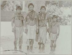 Julius Muller   Indianen, Julius Muller, 1885 - 1895   Vier indiaanse meisjes van de Karaïben stam uit de Casipoere kreek poseren in de tuin van het Gouvernementshuis in Paramaribo. Onderdeel van het fotoalbum Souvenir de Voyage (deel 3), over het leven van de familie Dooyer in en rond de plantage Ma Retraite in Suriname in de jaren 1906-1913.