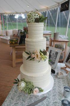 White Wedding Cakes Tiered white wedding cake - simple yet elegantly beautiful Wedding Cake Rustic, White Wedding Cakes, Elegant Wedding Cakes, Wedding Groom, Wedding Table, Wedding Rings, Trendy Wedding, Wedding Shoes, Wedding Cake Fresh Flowers