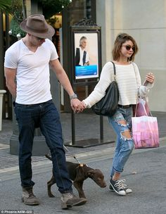 Sarah Hyland and boyfriend Dominic Sherwood hold hands Teen Fashion, Fashion Outfits, Dominic Sherwood, Jace Wayland, Sarah Hyland, Book Tv, Effortless Chic, Hold Hands, Modern Family