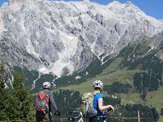 Mit dem E-Bike geht es viel leichter über die Berge im Salzburger Land.