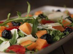 Insalata con Melone, Rucola, Pomodorini Datterini, Olive Nere Infornate e Pecorino Romano DOP