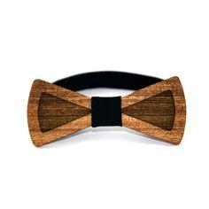 Muszka: 100% Sapeli (Mahoń) Wymiary muszki: 10,8×5 cm Pasek środkowy: 100% Bawełna Pasek: Dzianinowa taśma gumowa Rozmiar uniwersalny  Nasze muszki drewniane wykonane są z drewna mahoniowego o odmianie Sapeli. Jest to drewno liściaste pochodzące z tropikalnej Afryki. Znakiem charakterystycznym tego drewna jest brązowa barwa i nierówna powierzchnia.   Informacje dodatkowe:   Unisex.  Mucha zapinana na haczyk  Możliwość zamówienia większej ilości  Czyścić wilgotną szmatką.
