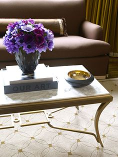 We love the elegant curves of this coffee table and the way it blends so beautifully with the rug. - Traditional Home ® / Photo: Ann Stratton / Design: William McIntosh