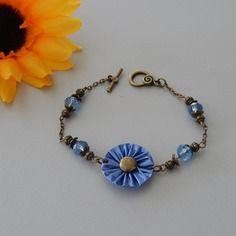 Bracelet bronze avec capsule bleue forme fleur plissée et perles cristal