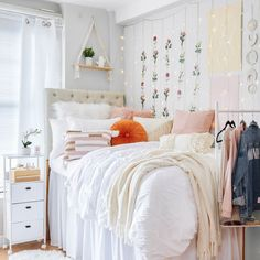 Dorm Room Themes, College Room Decor, Dorm Room Designs, Cute Dorm Rooms, Room Ideas Bedroom, College Dorm Door, Pink Dorm Rooms, Dorms Decor, Bedroom Decor