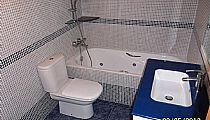 Baño general. Lavabo con mueble y bañera de hidromasaje