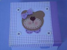 Caixinha Ursa LIlás (20 x 20)  Em mdf pintada, confeccionda em scrap com aplique de ursa em feltro e tecido, botões e e fita gorgurão.