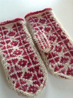 Ravelry: Icy Water pattern by Muraka Mari - Free Pattern Knitted Mittens Pattern, Fair Isle Knitting Patterns, Knit Mittens, Knitting Charts, Knitted Gloves, Free Knitting, Fingerless Mittens, Wrist Warmers, Knitting Accessories