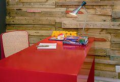 Caixotes de feira e disposição. Esta foi a receita do designer de interiores Vinícius Alberto Morais para criar a parede de ripas neste home office, que tem cadeira de palhinha combinando com o vermelho da bancada, pintada com tinta automotiva  Ronaldo Gentil / Casa e Jardim