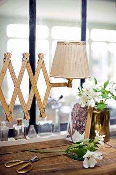 Lampe en accordéon fabriquée avec des mètres en bois, à fixer au mur