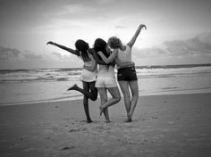 Image shared by Lleeimy Jofre ☮ . Find images and videos about girls, black and white and best friends on We Heart It - the app to get lost in what you love. Photos Bff, Sister Photos, Friend Photos, Cute Friend Poses, Cute Friend Pictures, Photo Summer, Three Best Friends, True Friends, Best Friend Photography