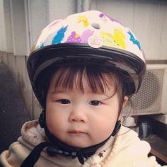 Instagram media chanhana87 - ヘルメット買いました♡ 身体つきは、成長曲線の真ん中よりやや上を突き進んでるさくちゃんですが、頭だけはお腹の中にいる頃から少し小さめちゃん…. ピッタリ合うサイズがなかなかなくて、いろいろ探してやっと発見!カブロヘルメットの頭の小さい子用♡44cm〜のサイズヾ(*´▽`*)ノそれでも、顎ベルトは一番短くしてます…  でも、すごい軽いから嫌がることなくかぶってくれてるー♡ ちなみに、柄はロディしかなかったので、仕方なく…男の子っぽいかなー?(笑)  #ムスメ #ヘルメット #頭小さい #カブロヘルメット #親バカ部 #ロディ