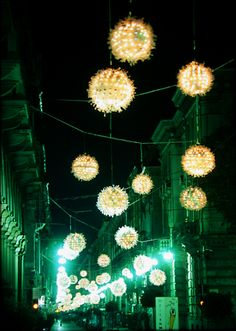 """Luci d'Artista. """"Palle di neve"""" installazione luminosa di Enrica Borghi"""