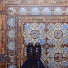 Salut beauté  #lecarrelagedepaule #ihavethisthingwithfloors #tileaddiction #tiles #fromwhereistand #bruxelles #brussels #explore #heschung #fujifilmx30 #fujix30 by paule_henriette