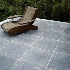 mooi - let op effect voegen! Garden Tiles, Patio Flooring, Outdoor Furniture, Outdoor Decor, Garden Inspiration, Home Projects, Sun Lounger, Outdoor Living, Home And Garden