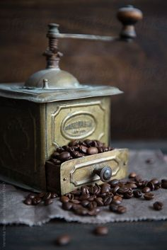 Vintage coffee grinder filled with coffee beans I Love Coffee, Coffee Break, Coffee Cafe, Coffee Drinks, Starbucks Coffee, Cafe Barista, Coffee Logo, Coffee Shops, Antique Coffee Grinder