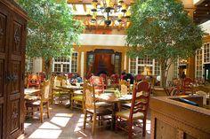 Romántica terraza de restaurante estilo francés