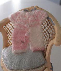 Pelele en rosa y blanco. Tejido con agujas de 0.8 mm con hilo de coser...