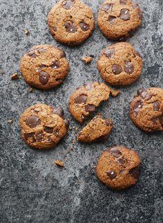 Kyllä, luit oikein. Kikhernejauho se yllättää jälleen monipuolisuudellaan, tällä kertaa keksien raaka-aineena! Eikös tällöin voi oikeas... Vegan Treats, No Bake Cookies, Scones, Healthy Recipes, Healthy Food, Muffins, Gluten Free, Chocolate, Baking