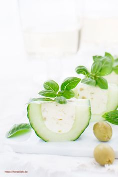 Finger food recipes, cucumber recipes: Recipe for a great cucumber finger food. Filled with a feta cream cheese and olives. Mini Appetizers, Cheese Appetizers, Appetizer Recipes, Snack Recipes, Party Finger Foods, Snacks Für Party, Feta, Pancake Toppings, Pie Pops