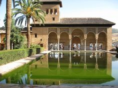 Patio de la Alhambra. Granada.    Cómo llegar a la Alhambra: http://www.alhambradegranada.org/es/info/comollegaralaalhambra.asp