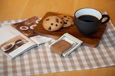 Pinces à billets en cuir pleine fleur aimantée Présenté dans une élégante boîte écrin noire Dimensions : 7 x 10,5 x 1,5 cm Coloris proposés : marron chocolat, camel et gris poivre Tarif : 40€