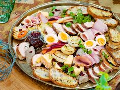 This Christmas ploughman's platter is essentially a cold selection of cheese, pickles, ham, boiled egg and crusty bread. Prep in advance for easy Christmas Day snacking! Its also great for Boxing Day christmas fod Christmas Nibbles, Christmas Buffet, Christmas Party Food, Xmas Food, Christmas Recipes, Christmas Ideas, Christmas Dinner Starters, Christmas Day Lunch, Christmas Canapes
