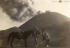 VolcánParicutín, hombre con mulas.