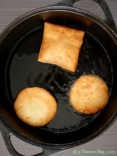 Vetkoek Deep Frying in Hot Oil. Deep Frying, Cornbread, Fries, Oil, Cooking, Ethnic Recipes, Millet Bread, Kochen, Corn Bread