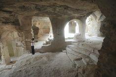 ABBAYE TROGLODYTIQUE ST-ROMAN DE L'AIGUILLE. Monument Historique. Abbaye du Ve siècle creusée dans le calcaire. De la terrasse, un superbe panorama s'offre sur le Rhône et la Provence.    Route de Nîmes - 30300 BEAUCAIRE - Tél : 04 66 59 19 72
