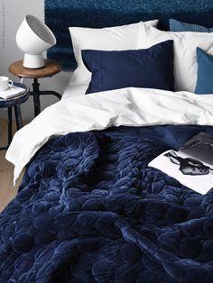I nya IKEA PS 2017 finns den djupblå och sammetslena filten, här som överkast, formgivet av Hanna Dalrot. Kviltat i grafiska runda former, med en glansig och en mjuk sida.