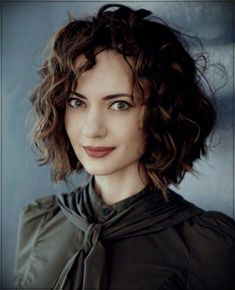 You will not find these layered curly hair ideas for 2018 anywhere else - Hair Styles Curly Hair With Bangs, Haircuts For Curly Hair, Curly Hair Care, Short Curly Hair, Short Bob Hairstyles, Wavy Hair, Curly Hair Styles, Curly Girl, Layers For Curly Hair