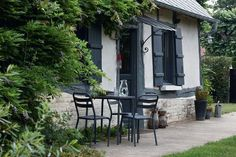 In front of the wisteria-covered old farmhouse are metal chairs and a round table from the Cozy Cottage, Cottage Homes, Fairytale Cottage, Modern Retro, Garden Styles, Garden Furniture, Home Deco, Exterior Design, Beautiful Homes