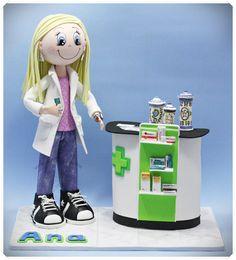Fofucha Farmacéutica personalizada con mostrador de medicamentos y tarros de Farmacia pintados a mano.  www.xeitosas.com