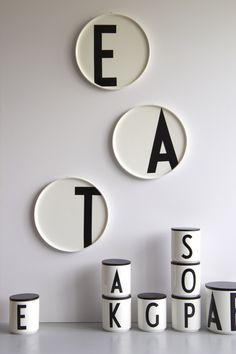 Snyggtallrikar från Designletters med typografi signerad Arne Jacobsen. Foto: pressbild Designletters