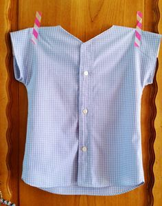 Recycled men's shirt to ladies super simple button top. Coin Couture, Couture Sewing, Sewing Clothes, Diy Clothes, Recycled Mens Shirt, Sewing Alterations, Diy Vetement, Trop Top, Vest Pattern