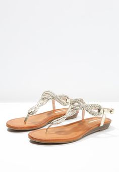 2025039e1c9 Diese Zehentrenner lassen deine Füße glänzen. Buffalo Zehentrenner -  metallic gold für € 49,
