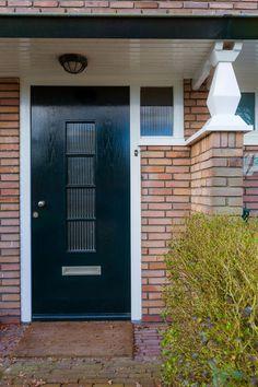 Jaren30woningen.nl | Voordeur met luifel van een #jaren30 woning
