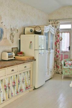 10 Unique Cool Tips: Shabby Chic Chairs Cath Kidston shabby chic wall decor.Shabby Chic Decoracion Window shabby chic home pink.Shabby Chic Home Cozy. Shabby Chic Kitchen Cabinets, Shabby Chic Kitchen Decor, Retro Home Decor, Shabby Chic Furniture, Kitchen Wood, Kitchen Storage, Rustic Decor, Rustic Chic, Kitchen Country