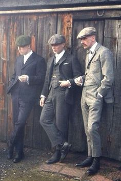 I cant help it im a sucker for a bad boy! Wish men still dressed like this all of the time. 😍 The first full length view of Peaky Blinders' Shelby brothers, with a dapper looking Cillian Murphy in the middle. 1920s Mens Fashion Gatsby, 1920s Mens Hair, 1920s Fashion Male, Fashion Fashion, Victorian Fashion, 1920s Man, Fashion Suits, Dandy Look, Shelby Brothers