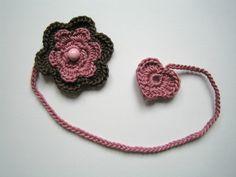 Lesezeichen Blume & Herz altrosa & taupe von NettiStrick auf DaWanda.com