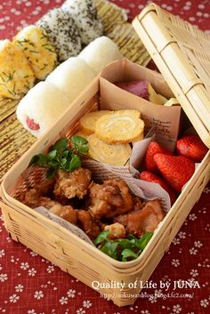日本人のごはん/お弁当 Japanese Picnic Bento Lunchbox (Onigiri Rice Balls, Karaage Fried Chicken, Tamagoyaki Egg Roll, Fruits) 唐揚げ行楽弁当