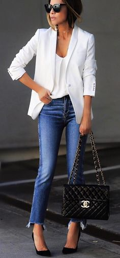 Influencer posting with and Chanel Blazer Outfits Casual, Business Casual Outfits, Casual Jeans, Business Attire, Office Fashion Women, Black Women Fashion, Womens Fashion For Work, Taylor Lautner, Chanel