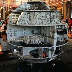 The (Massive) Death Star with lots of Lego Star Wars sets inside! (Massive) Death Star with lots of Lego Star Wars sets inside! Star Wars Dark, Nave Star Wars, Star Wars Set, Star Wars Toys, Star Trek, Lego Minecraft, Lego Disney, Lego Hacks, Construction Lego