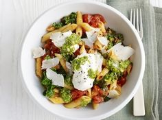 Pasta with Cherry Tomatoes, Spinach, Ricotta and Pesto Easy and delicious. You can also use fresh cherry tomatoes instead of canned tomatoes. It only takes 15 minutes to prepare and … Kale Pasta, Pesto Pasta Recipes, Kale Recipes, Fodmap Recipes, Bbc Good Food Recipes, Healthy Recipes, Healthy Dishes, New Recipes, Vegetarian Recipes