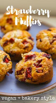 Vegan Strawberry Muffins Peach Muffins, Strawberry Muffins, Blue Berry Muffins, Vegetarian Recipes Dinner, Vegan Recipes, Breakfast Recipes, Dessert Recipes, Vegan Breakfast, Desserts