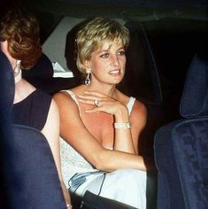 June Princess Diana sitting with sister Sarah McCorquodale attending a Krizia Fashion Show & Dinner in aid of the European Cancer Research at the Palazzo Farnese in Rome, Italy. Princess Diana Hair, Princess Diana Photos, Princess Diana Fashion, Princess Diana Family, Princess Of Wales, Lady Diana Spencer, Prinz William, Charles And Diana, Queen Of Hearts